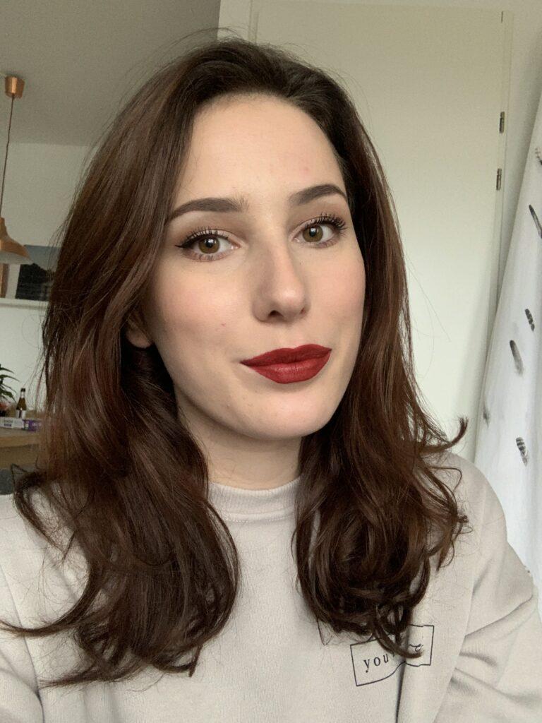 donkerrode lipstick vrouw